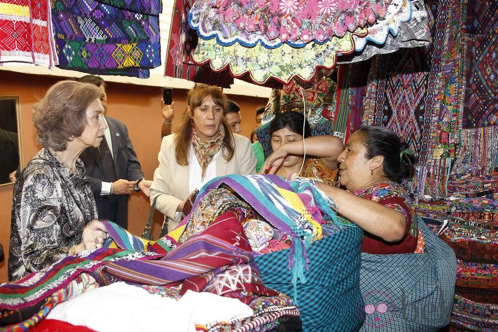 La Reina Sofía comprando en un mercadillo en Guatemala