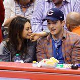 Ashton Kutcher y Mila Kunis en un partido de a NBA tras anunciarse su paternidad