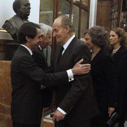 El Rey Juan Carlos, la Reina Sofia, la Infanta Elena y José María Aznar en la capilla ardiente de Adolfo Suárez