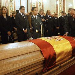 El Rey Juan Carlos, la Reina Sofía, la Infanta Elena, Mariano Rajoy y Jesús Posada en la capilla ardiente de Adolfo Suárez