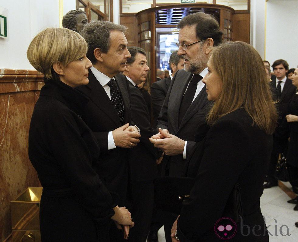 Mariano Rajoy, José Luis Rodríguez Zapatero, Sonsoles Espinosa y Elvira Fernández en la capilla ardiente de Adolfo Suárez