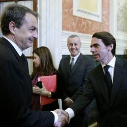José Luis Rodríguez Zapatero y José María Aznar en la capilla ardiente de Adolfo Suárez