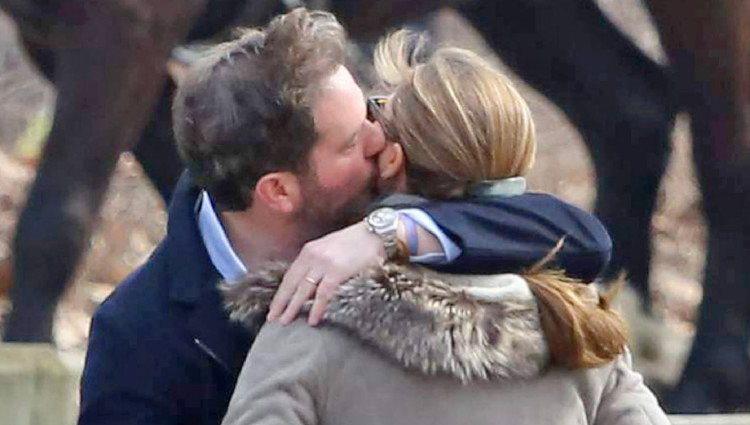Chris O'Neill abrazando a la Princesa Magdalena durante un paseo por Central Park