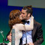 Álex García da un beso a Maribel Verdú en la entrega del Premio Málaga Sur 2014