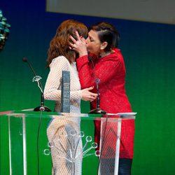 María Barranco da un beso a Maribel Verdú en la entrega del Premio Málaga Sur 2014