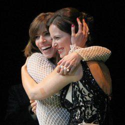 Aitana Sánchez Gijón abraza a Maribel Verdú en la entrega del Premio Málaga Sur 2014