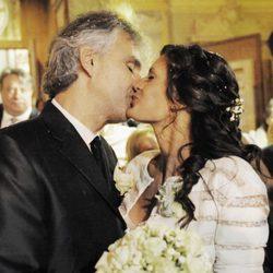 Andrea Bocelli y su mujer Veronica Berti se besan el día de su boda