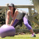 Jennifer Love Hewitt haciendo yoga en Santa Mónica durante su embarazo