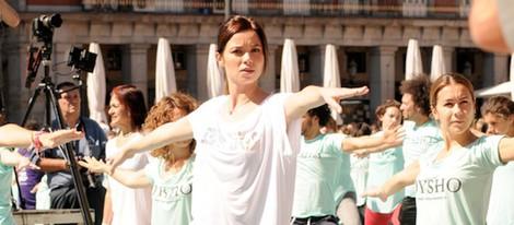 Dafne Fernández haciendo yoga en un acto deportivo en Madrid