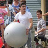 Zac Efron haciendo yoga en el rodaje de 'Malditos vecinos'