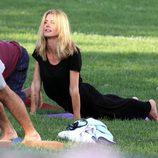 Heidi Klum haciendo yoga en un parque de Nueva York