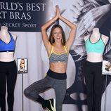 Alessandra Ambrosio haciendo yoga durante un acto publicitario de Victoria's Secret