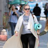 Amy Smart acudiendo a una clase de yoga en Los Angeles