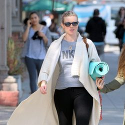Amy Smart acudiendo a una clase de yoga en Los Angeles