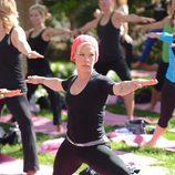 Pink haciendo yoga en una clase al aire libre en Los Angeles