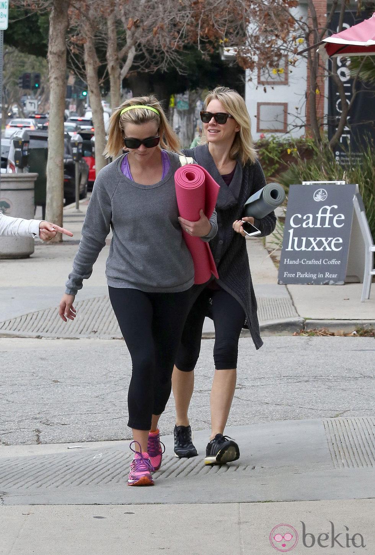 Naomi Watts y Reese Witherspoon saliendo de una clase de yoga en Los Angeles