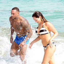 Kelly Brook y David McIntosh dándose un chapuzón en aguas de Miami