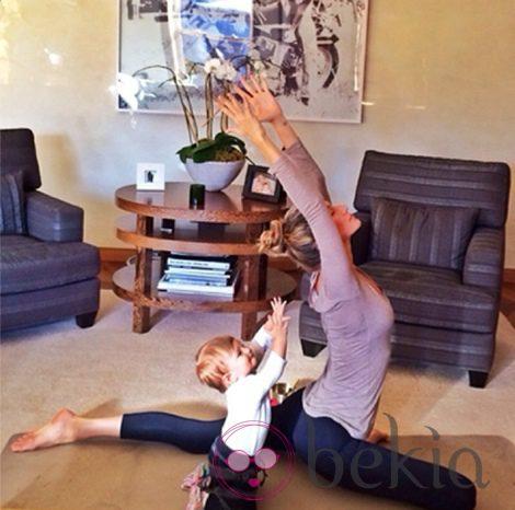 Gisele Bundchen y su hija Vivian haciendo yoga en el salón de su casa