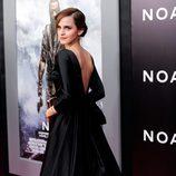 Emma Watson luce la cola de su vestido en el estreno de 'Noé' en Nueva York
