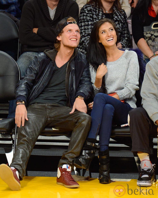 Avicii y Raquel Bettencourt en un partido de los Lakers
