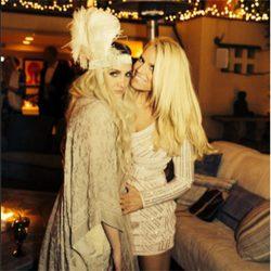 Jessica Simpson junto a su hermana Ashlee Simpson en su fiesta de compromiso