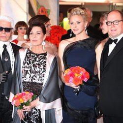 Karl Lagerfeld, Carolina de Mónaco, Charlene de Mónaco y Alberto de Mónaco en el Baile de la Rosa 2014