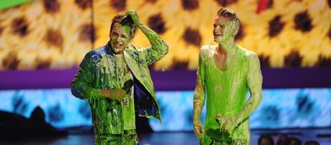 Austin Mahone y Cody Simpson durante su actuación en los Kids Choice Awards 2014