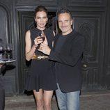 Nieves Álvarez brindando con su marido Marco Severini en su 40 cumpleaños
