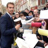 Theo James atiende a los fans en la premiere de 'Divergente' en Londres