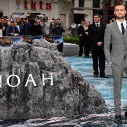 Douglas Booth en el estreno de 'Noé' en Londres