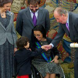 Los Reyes saludan al hijo de Teresa Perales en la entrega de la Gran Cruz del Mérito Deportivo