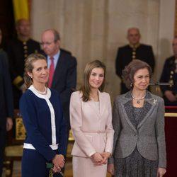 La Infanta Elena, la Princesa Letizia y la Reina Sofía en la entrega del Toisón de Oro a Enrique V. Iglesias