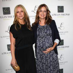 Jennifer Love Hewitt y su amiga Jenna Fischer presentando su nueva línea de ropa
