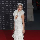 Rita Ora en la expocisión de 'The Glamour of Italian Fashion 1945-2014'