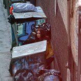Megan Fox entre basura en el rodaje de 'Las Tortugas Ninja'