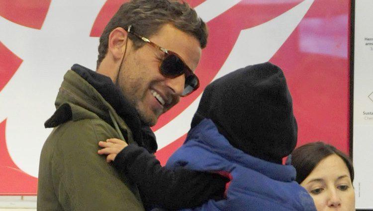 Carlos Seguí con su hijo Lucas en el aeropuerto de Madrid