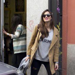Sara Carbonero saliendo de un local de piercings y tatuajes