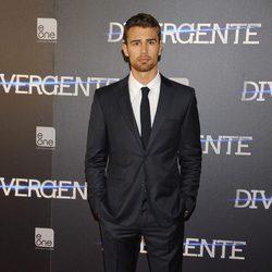 Theo James en el estreno de 'Divergente' en Madrid