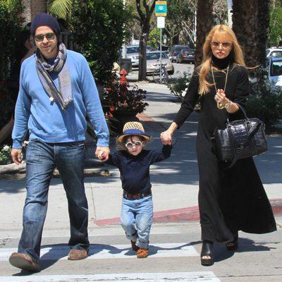 Rodger Berman y Rachel Zoe con Skyler en un parque de Los Angeles