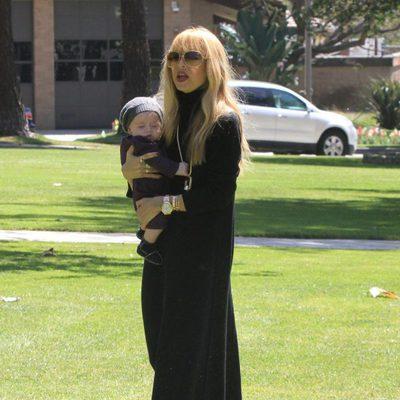 Rachel Zoe con Kaius en un parque de Los Angeles