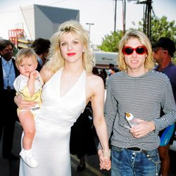 Courtney Love y Kurt Cobain con su hija Frances Bean en los premios MTV de 1993