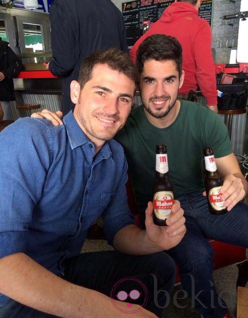 Iker Casillas e Isco Alarcón en el descanso de un rodaje publicitario en Madrid