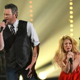 Blake Shelton y Shakira actúan en la gala de los premios CMA 2014