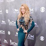 Shakira en la alfombra roja de los CMA 2014