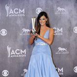 Kacey Musgraves con su premio en los CMA 2014