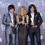 The Band Perry posa con su premio en los CMA 2014