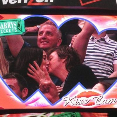 Paul McCartney y su mujer Nancy Shevell se besan en la Kiss Cam