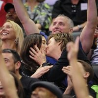 Paul McCartney y Nancy Shevell se dan un beso en el partido de los Lakers