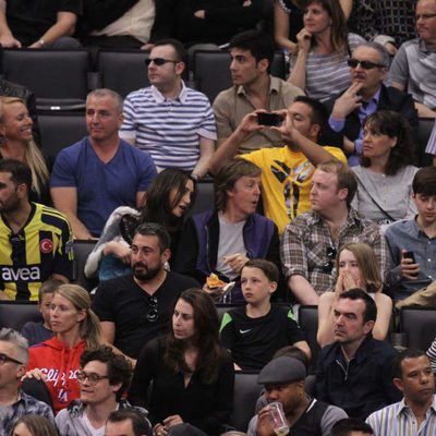 Paul McCartney, Nancy Shevell y James McCartney en el partido de los Lakers