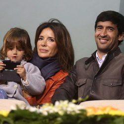 Raúl González y Mamen Sanz con su hija María en un partido de tenis en Qatar